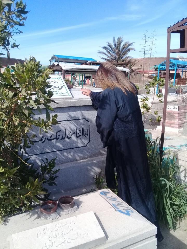 بوسى شلبى أمام قبر الساحر