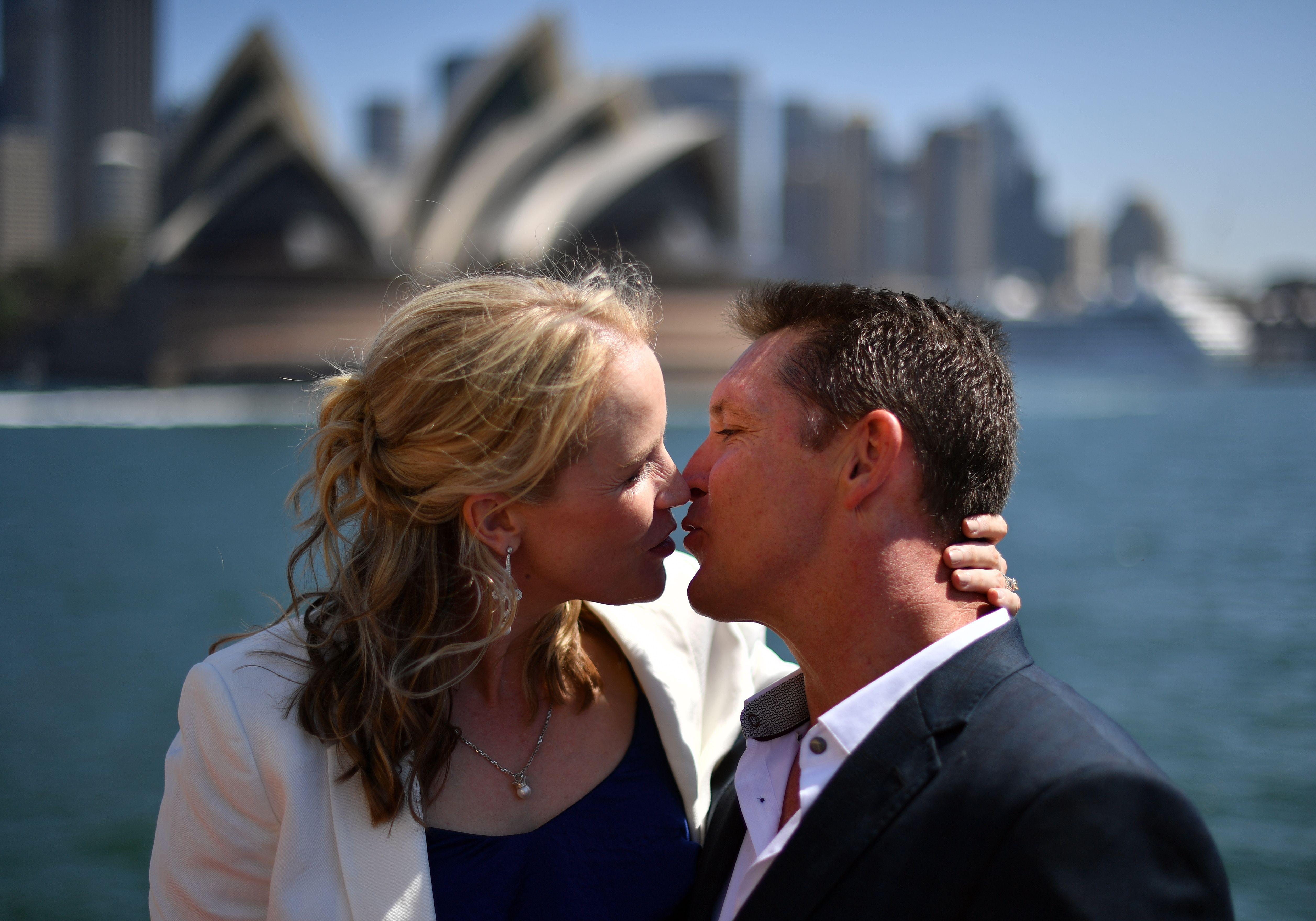 قبلة  حارة بين زوجين أمام دار الأوبرا الأسترالية فى سيدنى