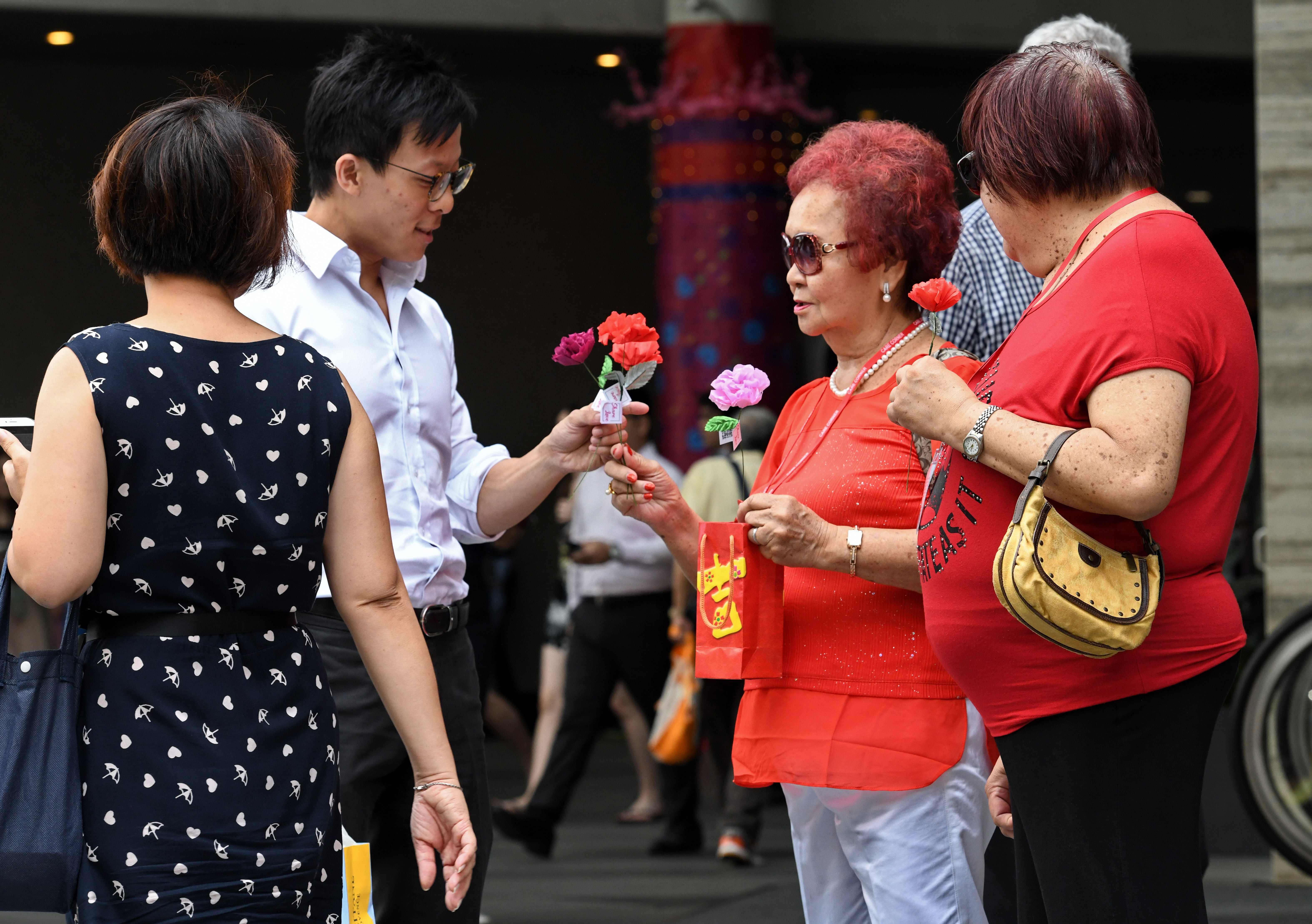 رجل يهدى امرأة وردة فى سنغافورة