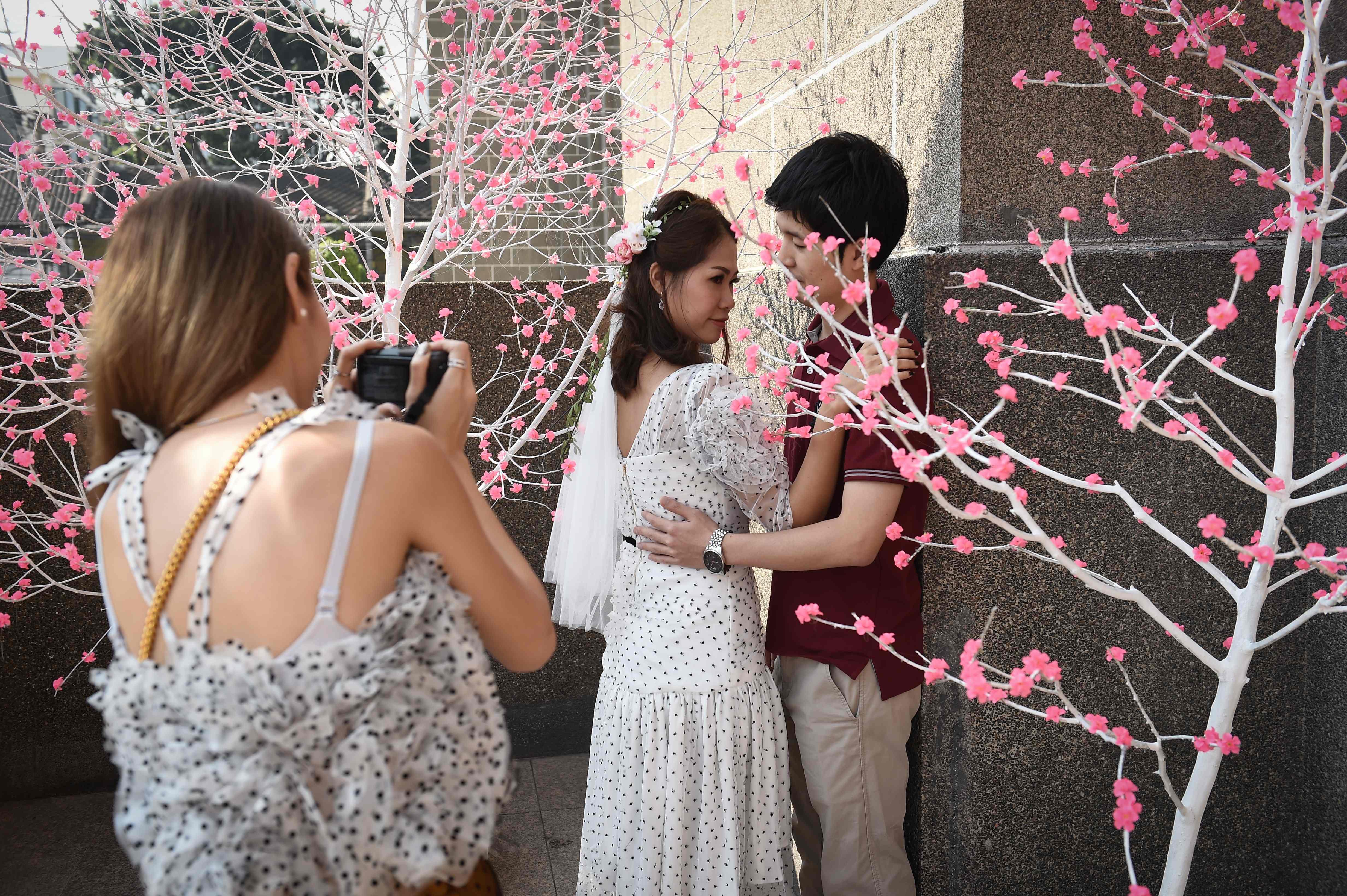 زوجان يلتقطان صورة للتعبير عن الحب فى بنكوك