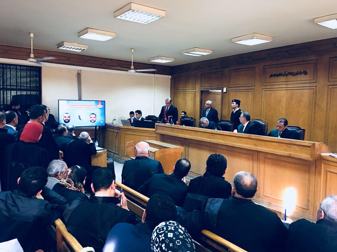 هيئة المحكمة اثناء عرض الفيديوهات