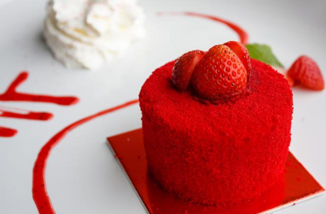 حتى تورتة عيد الحب لونها احمر