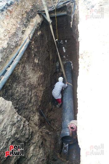 شركة المياه تنهى تغيير مسارات الصرف الصحى أسفل الطريق