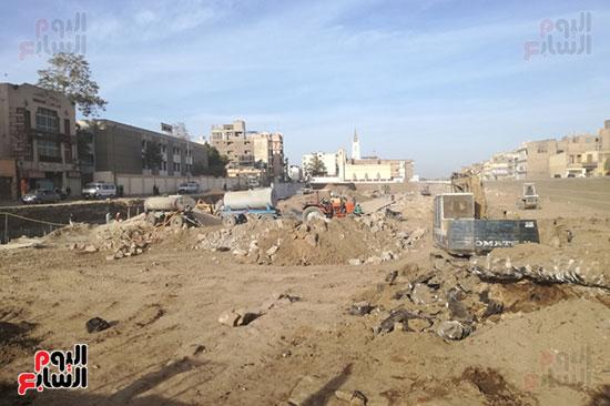 العمال يواصلون طريقهم فى حلم مشروع طريق الكباش الفرعوني