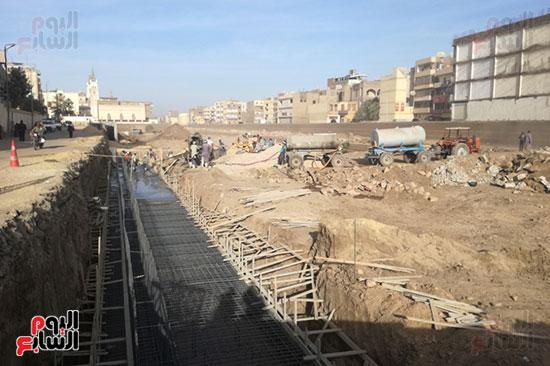 جانب من العمل فى طريق الكباش بمدينة الأقصر