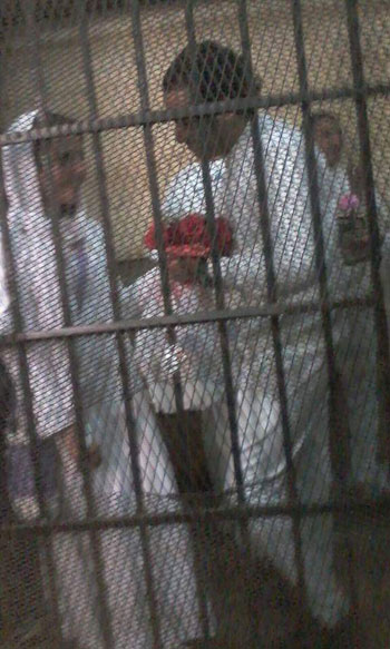 محمد حسنين وبوكية الورد لزوجته اثناء المحاكمة