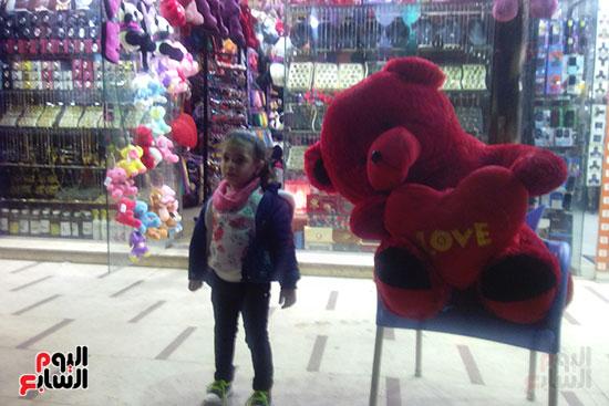 ترافق والدها   لشراء الهدايا