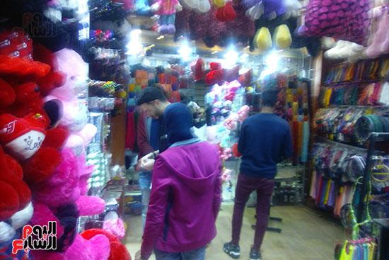 جانب من اقبال الشباب على شراء الهدايا