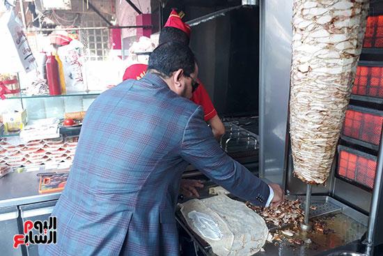 صاحب المحل يشارك في شاورما عيد الحب