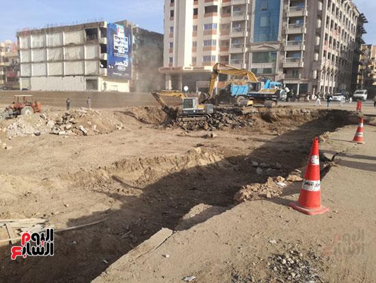العمال يواصلون تجهيز أسوار طريق الكباش الفرعونى