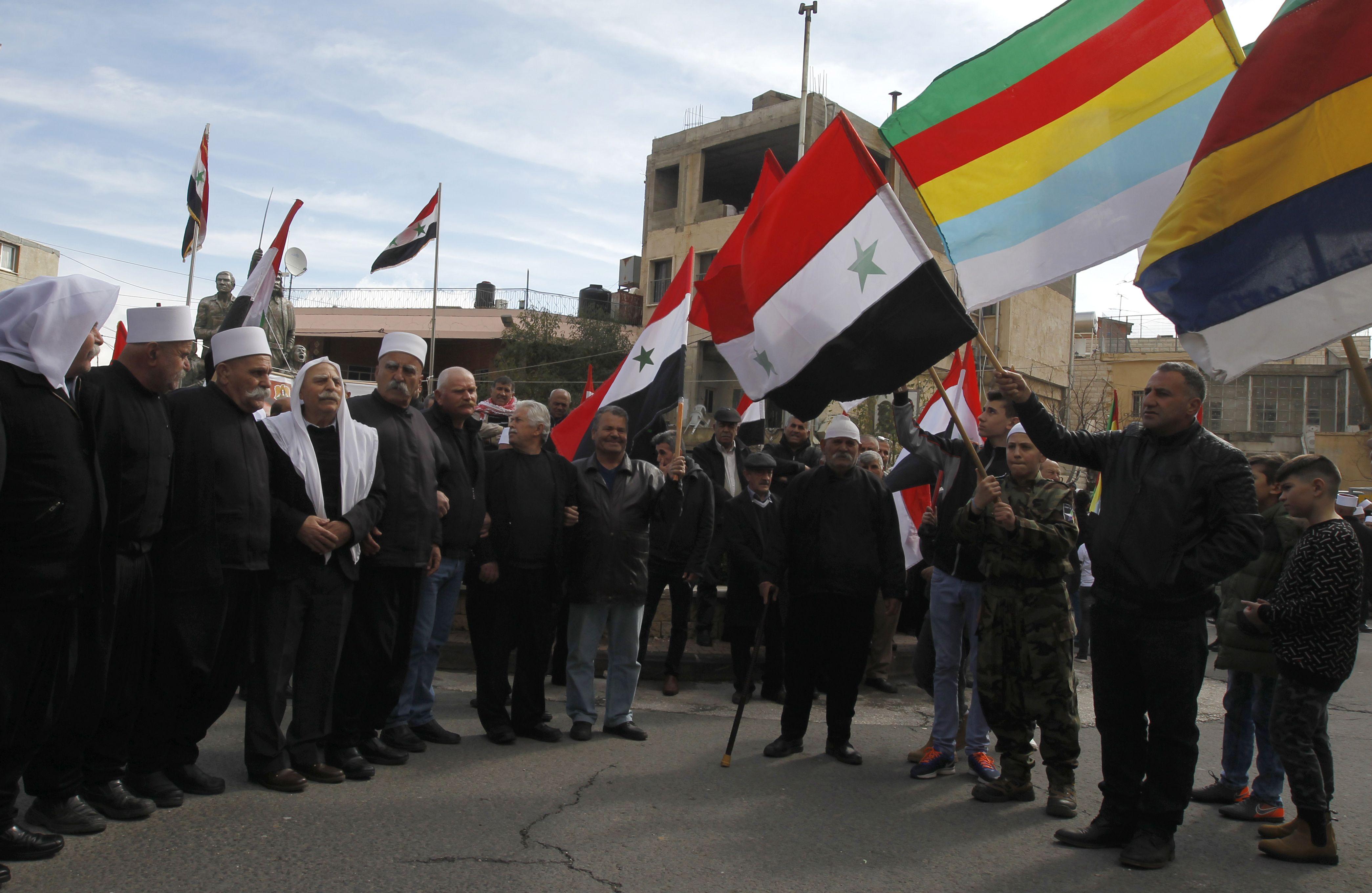 العلم السورى يرفرف فى يد ابناء الجولان
