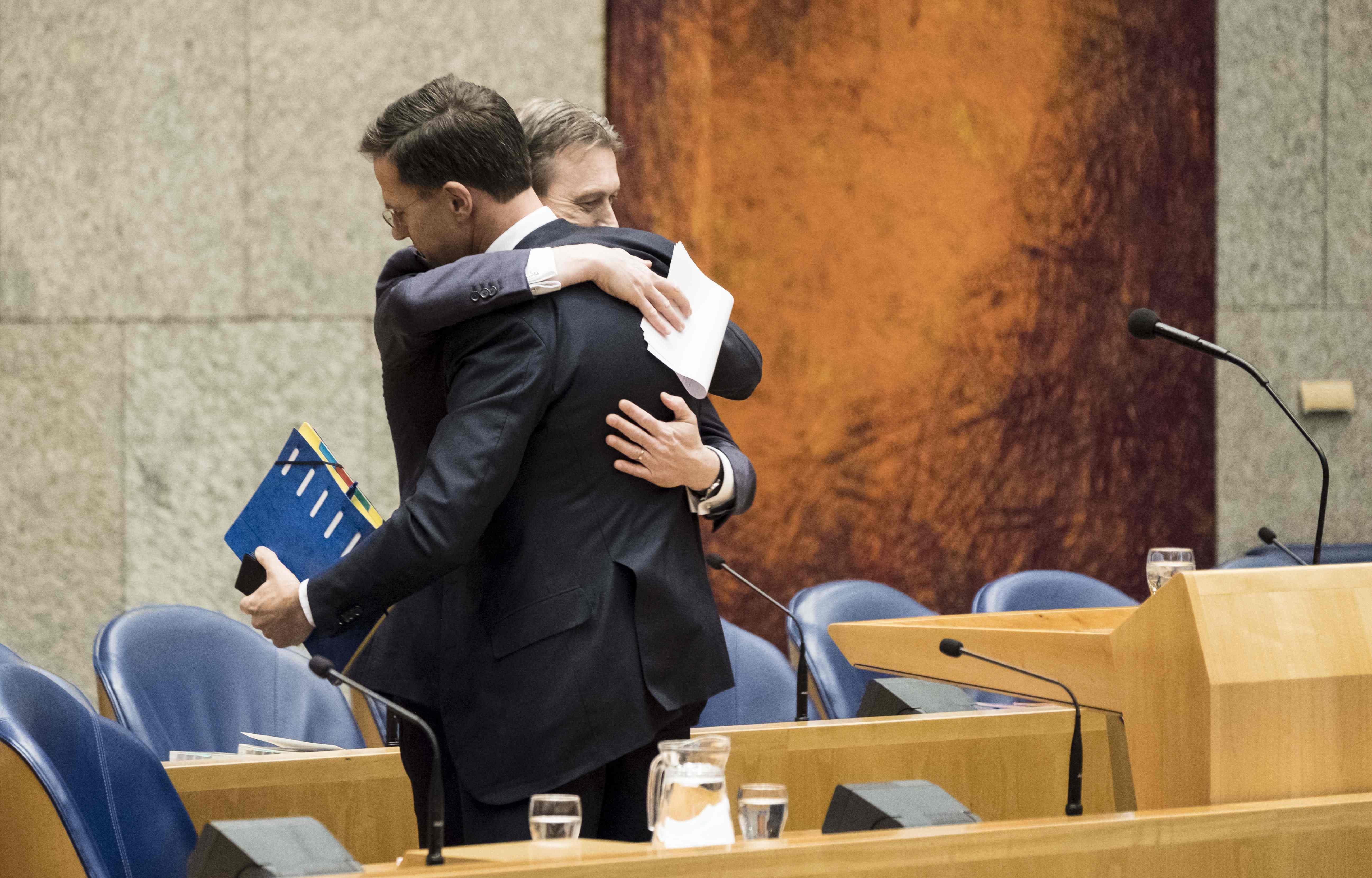 وزير الخارجية الهولندي هالب زيجلسترا يعانق رئيس الوزراء مارك روت