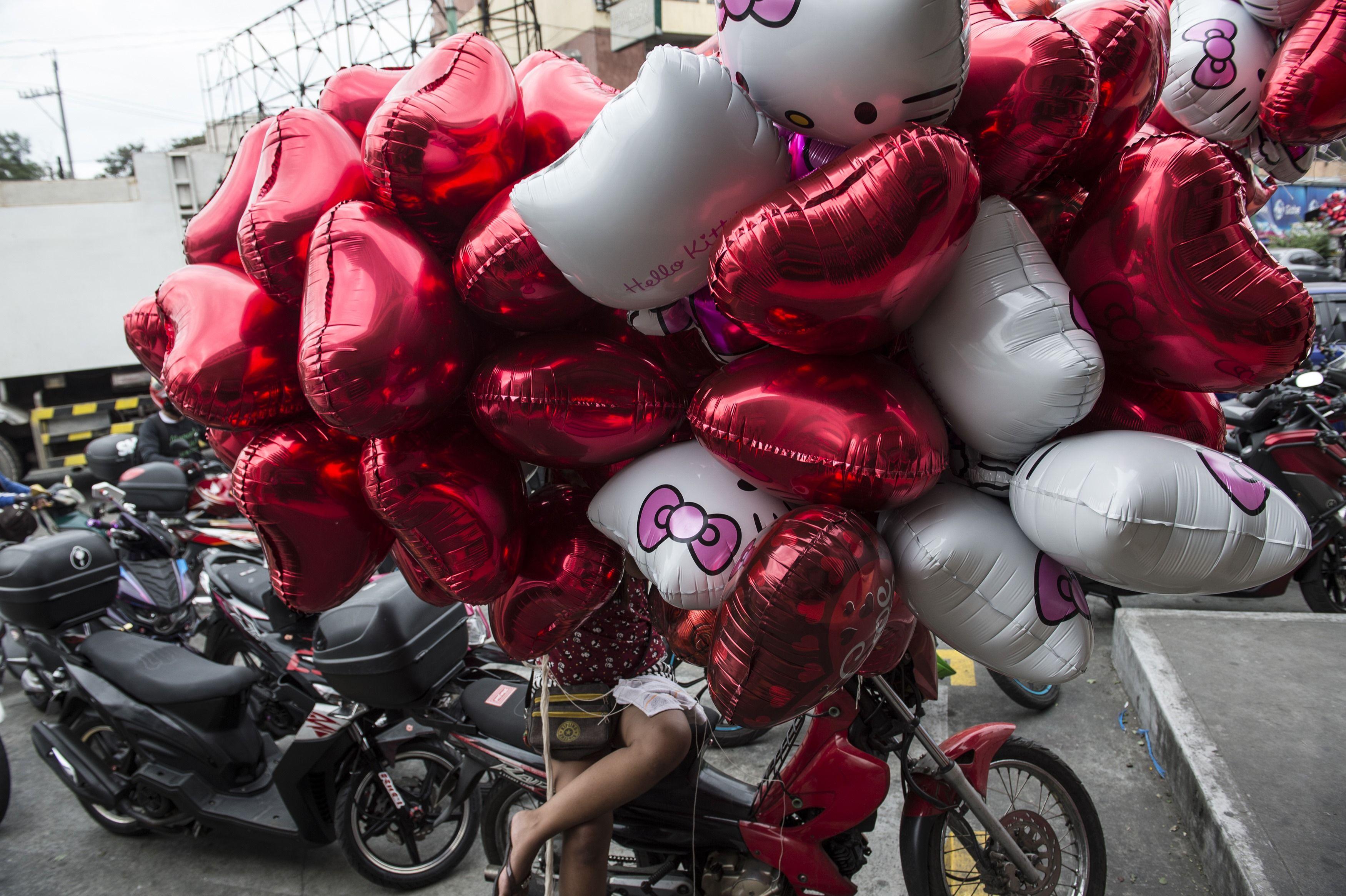 دراجة نارية تحمل عشرات القلوب فى الفلبين