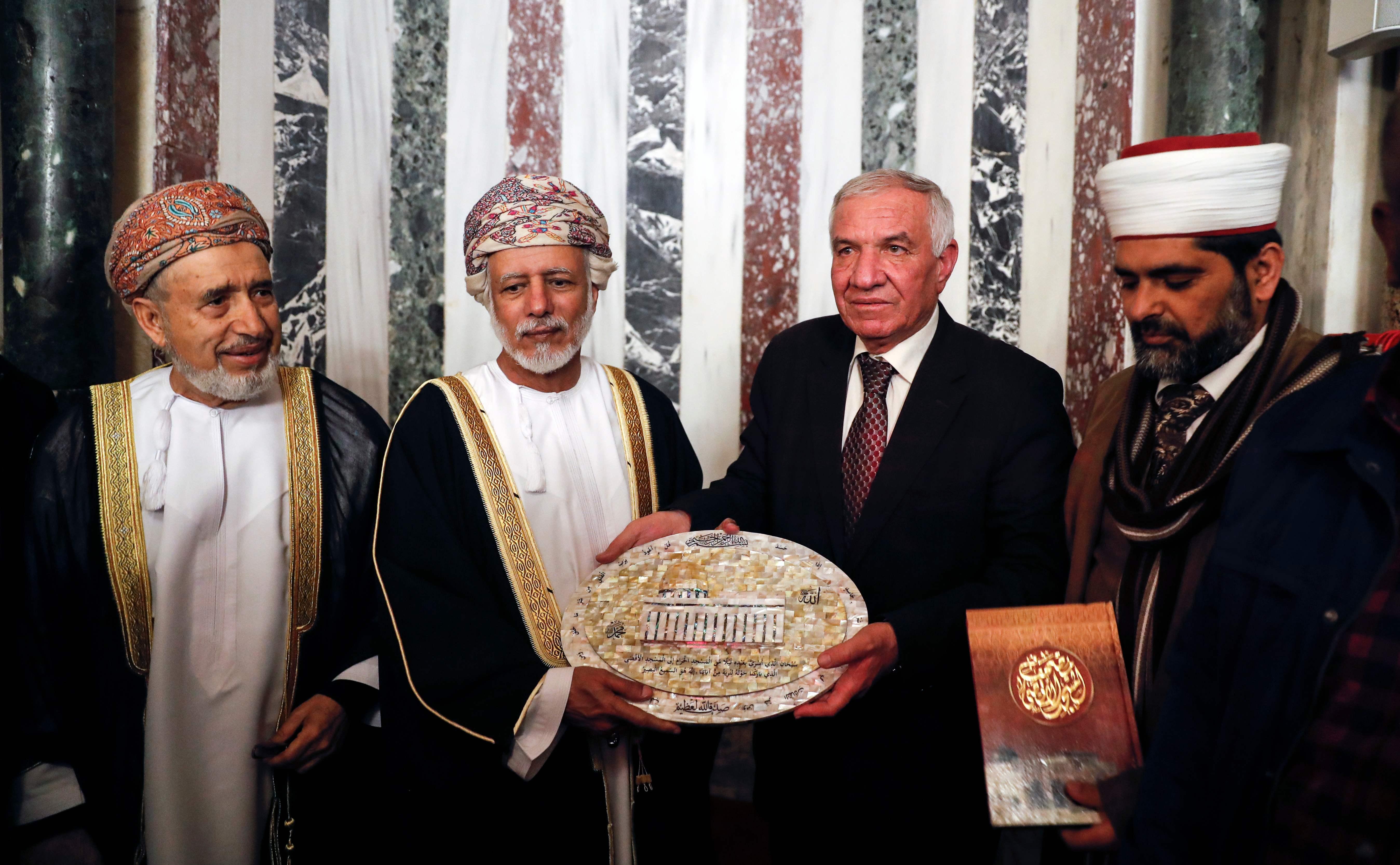 الوزير العماني يحمل لوحة تجسد المسجد الأقصى