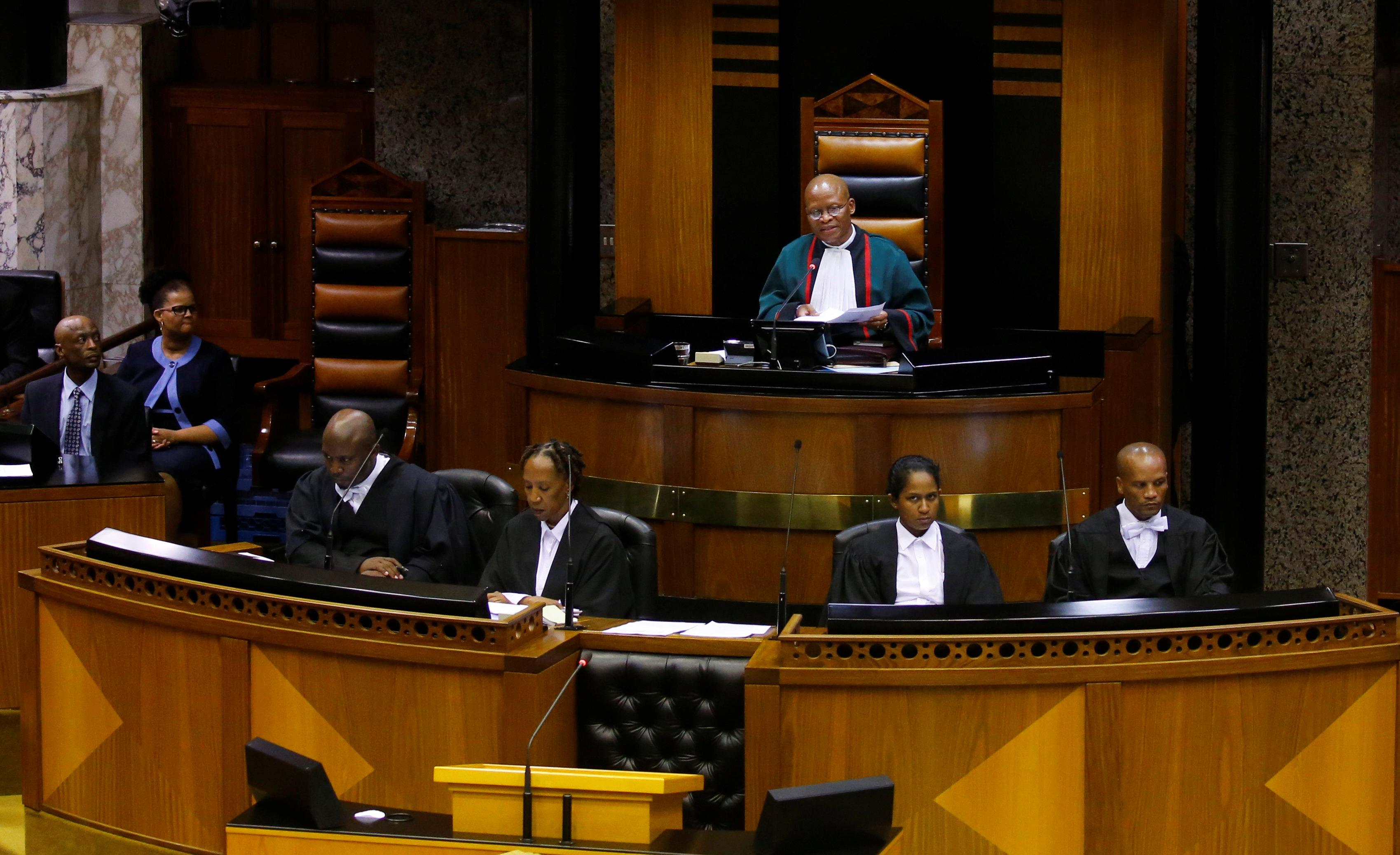 رئيس القضاة موجوينج يتحدث فى البرلمان قبل أداء اليمين