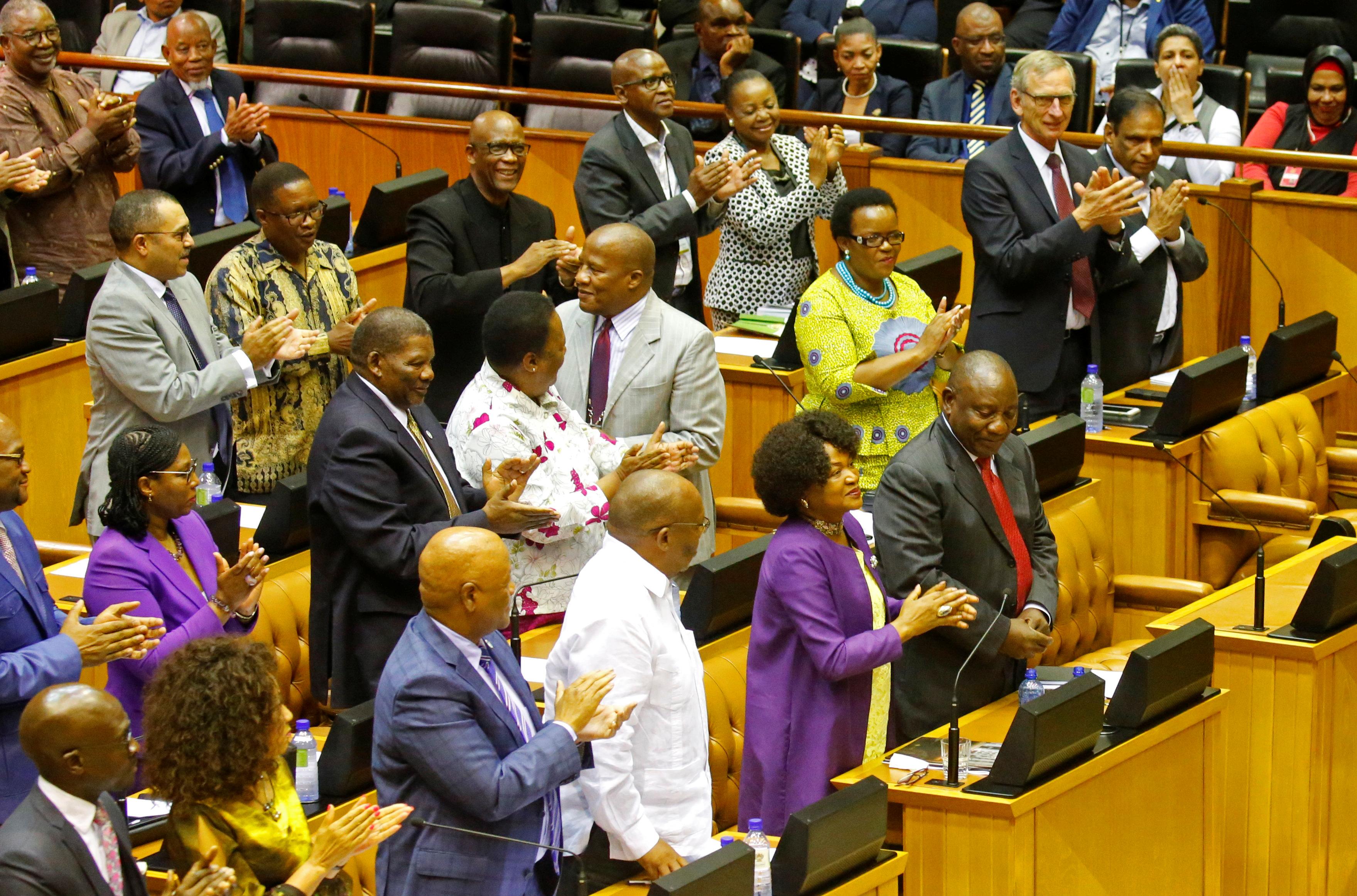 أعضاء البرلمان يصفقون عقل انتخاب سيريل رامافوسا رئيس جنوب أفريقيا الجديد