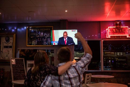 رجل-وامرأة-يشاهدون-خطاب-التنحى-فى-جنوب-أفريقيا