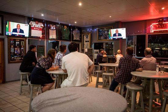 جانب-من-سكان-يشاهدون-خطاب-رئيس-جنوب-أفريقيا