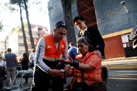 سيدة تتلقى الرعاية الطبية عقب الزلزال