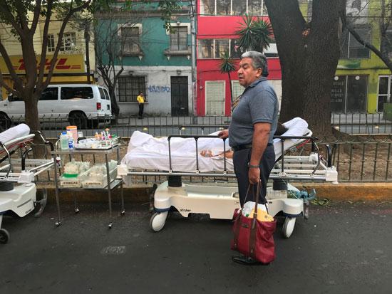 إحدى المصابات تتلقى الرعاية الطبية