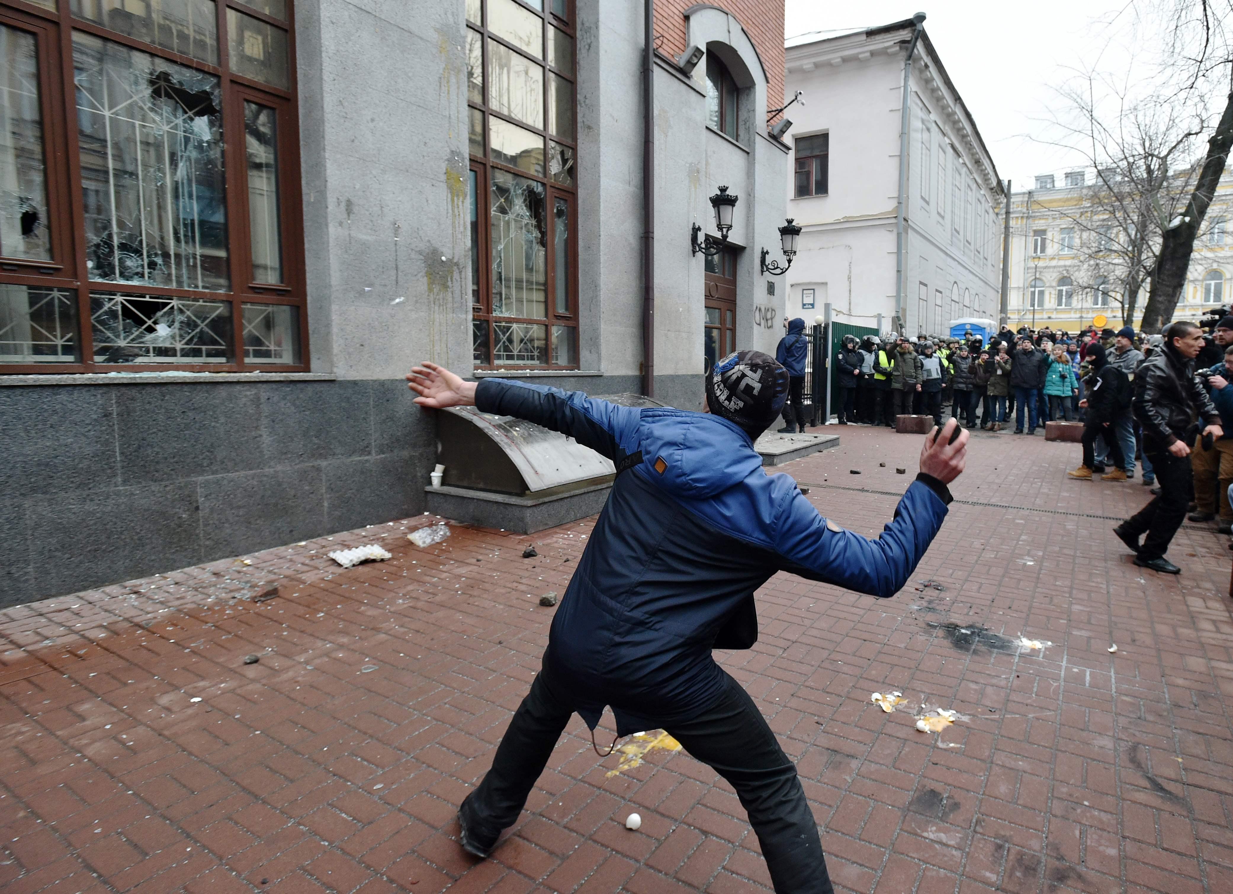 متظاهرون يحطمون نوافذ فرع  سبيربانك فى أوكرانيا