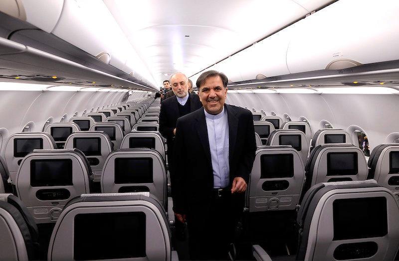 وزير النقل الإيرانى فى إحدى الطائرات الجديدة لإيرباص التى تسلمتها طهران