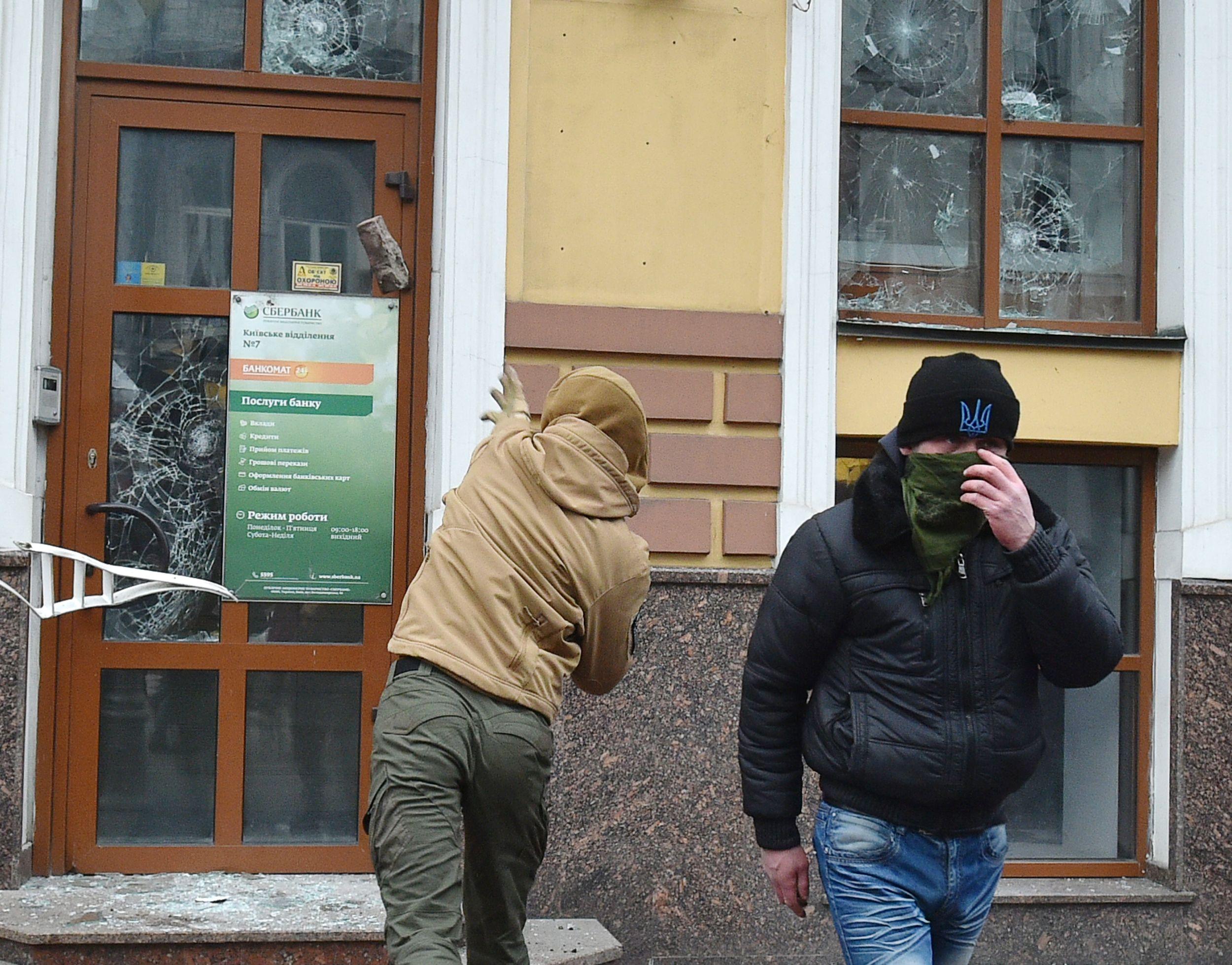 تحطيم نوافذ  فرع  سبيربانك المملوك لروسيا