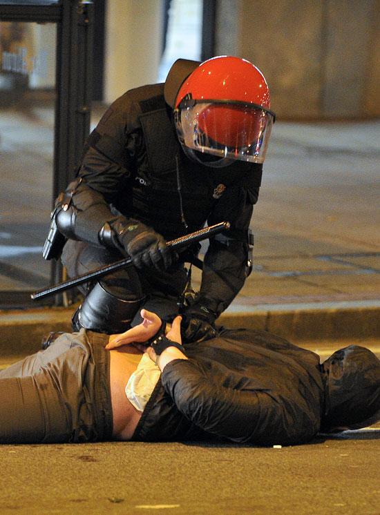 الشرطة الاسبانية تعتقل أحد المشجعين