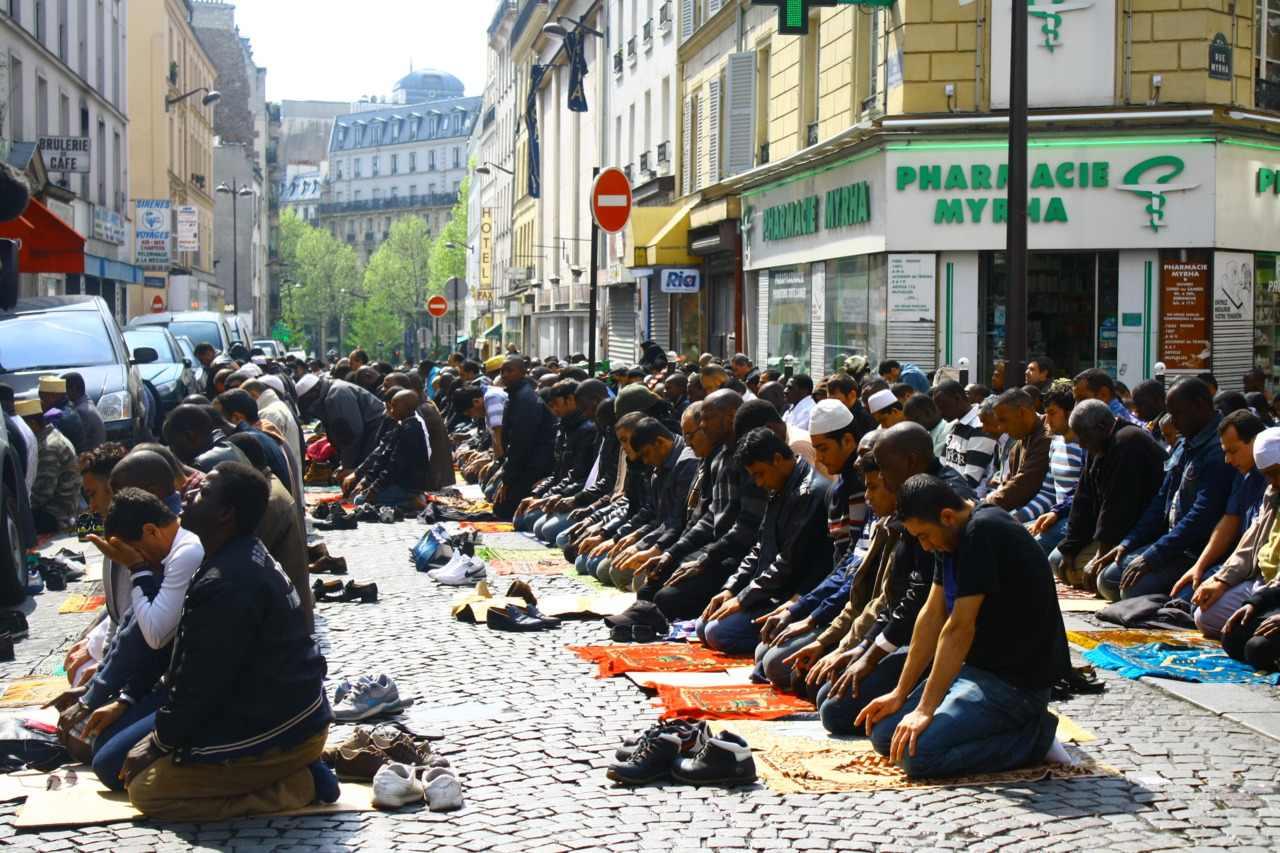 الصلاة فى الساحات أحد أهم الطقوس التى تسعى الحكومة الفرنسية لمنعها
