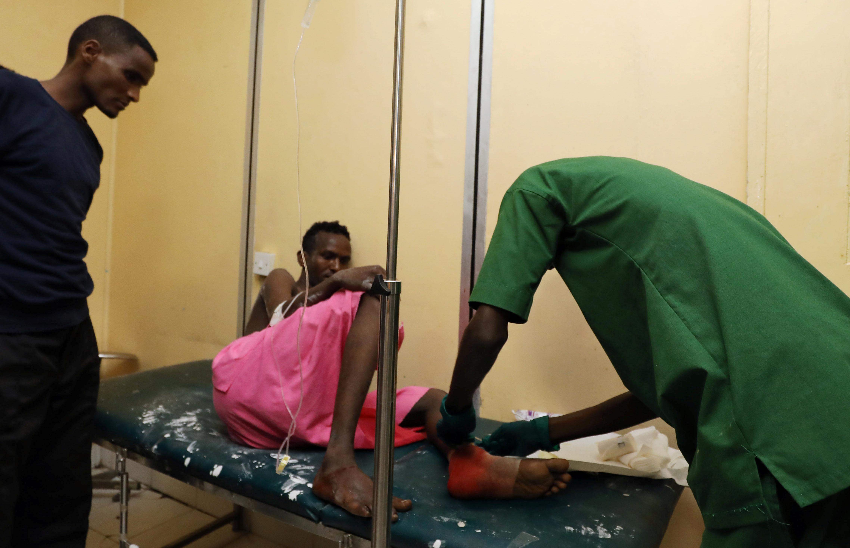 أحد المصابين يتلقى الرعاية الطبية