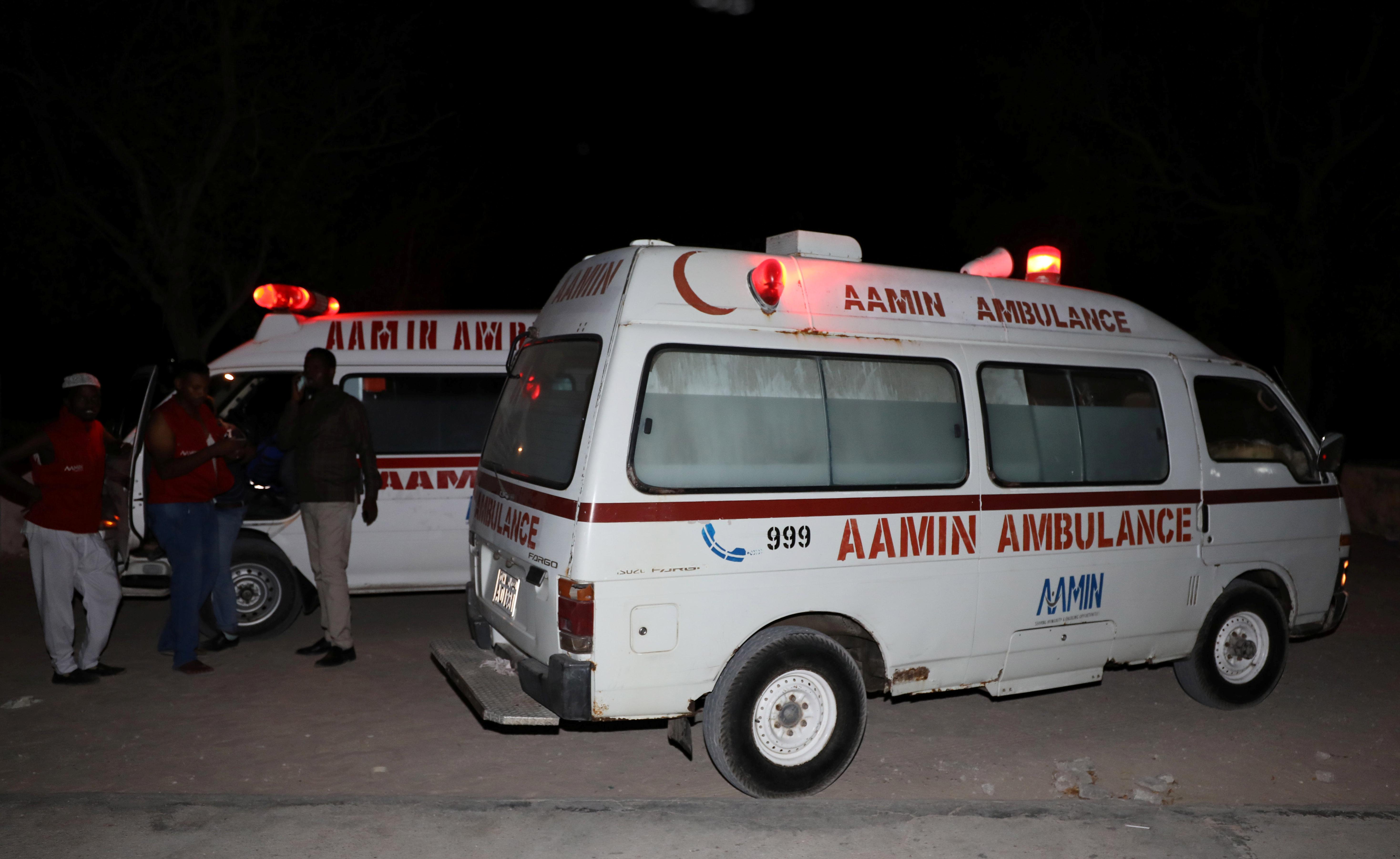 سيارة اسعاف تنقل المصابين