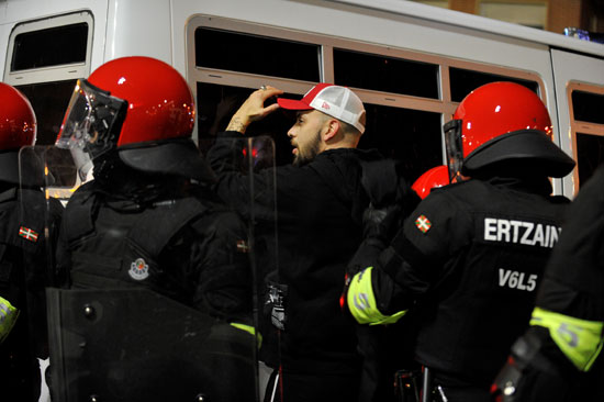 أحد المشجعين عقب اعتقاله