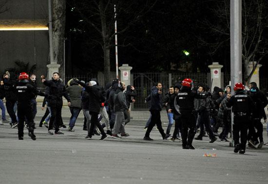 قوات الأمن تفرق المشجعين