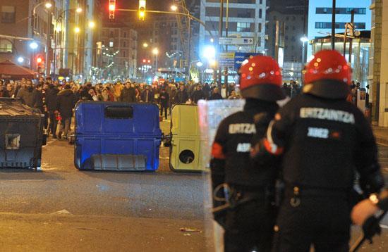مئات المشجعين عقب أعمال الشغب