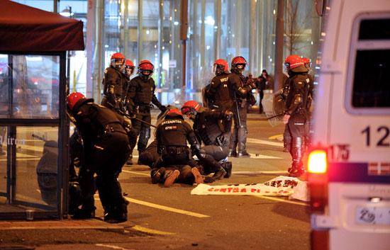 عناصر الشرطة تلقى القبض على عدد من المشجعين