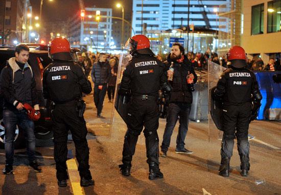 قوات الشرطة تتصدى للمشجعين عقب أعمال الشغب