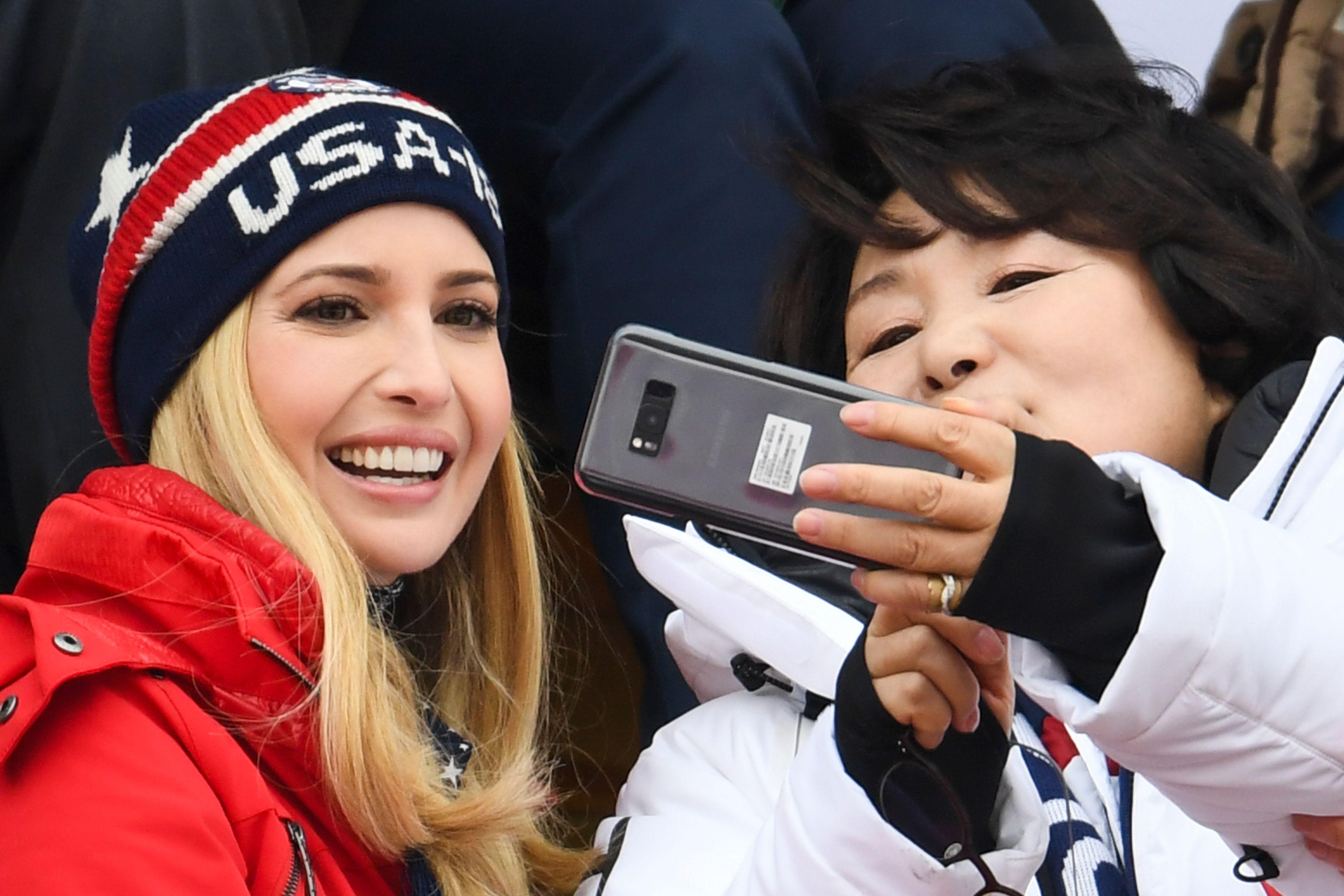 مسئولة كورية تلتقط سيلفى مع ابنة ترامب