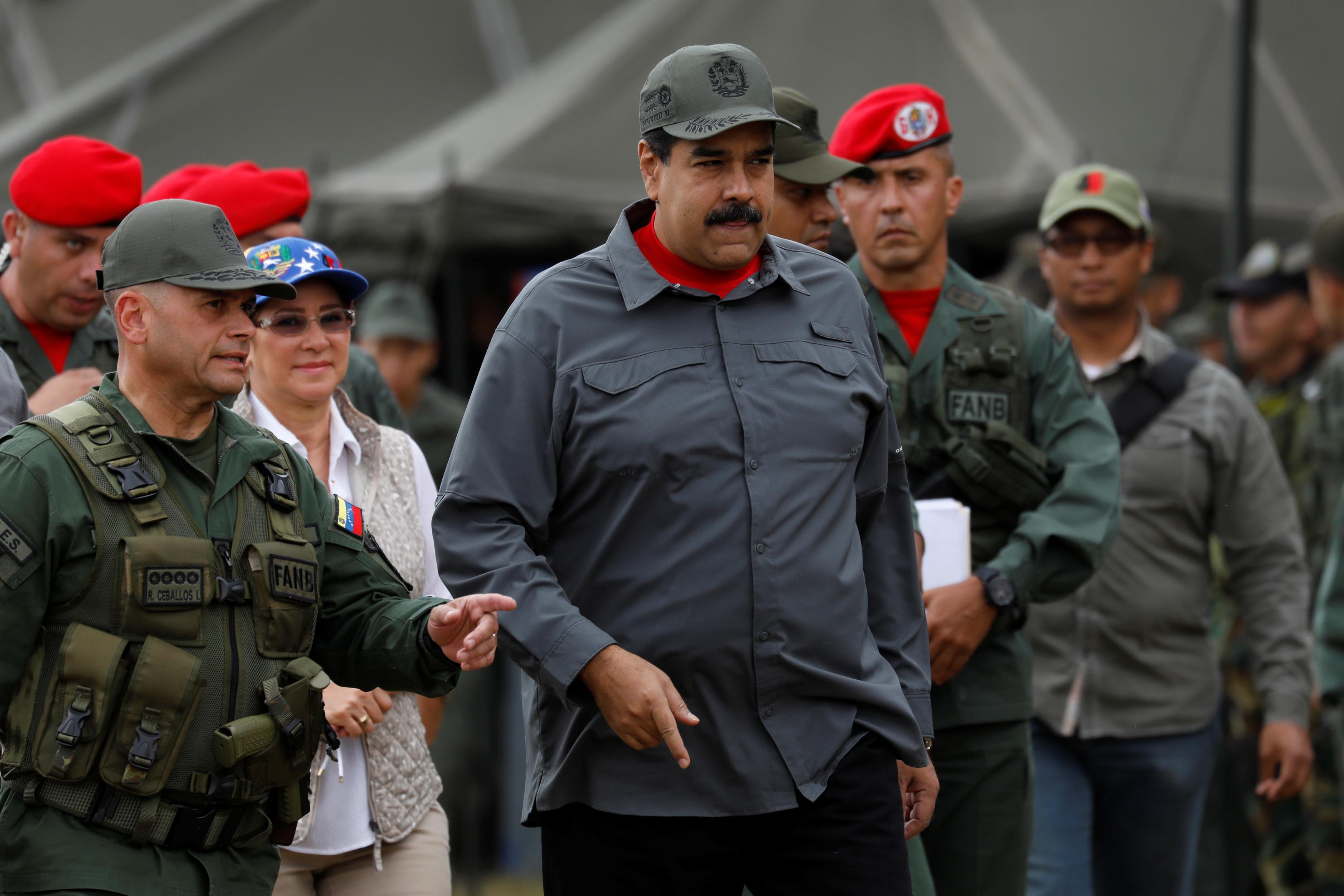 رئيس فنزويلا يتابع العرض العسكرى