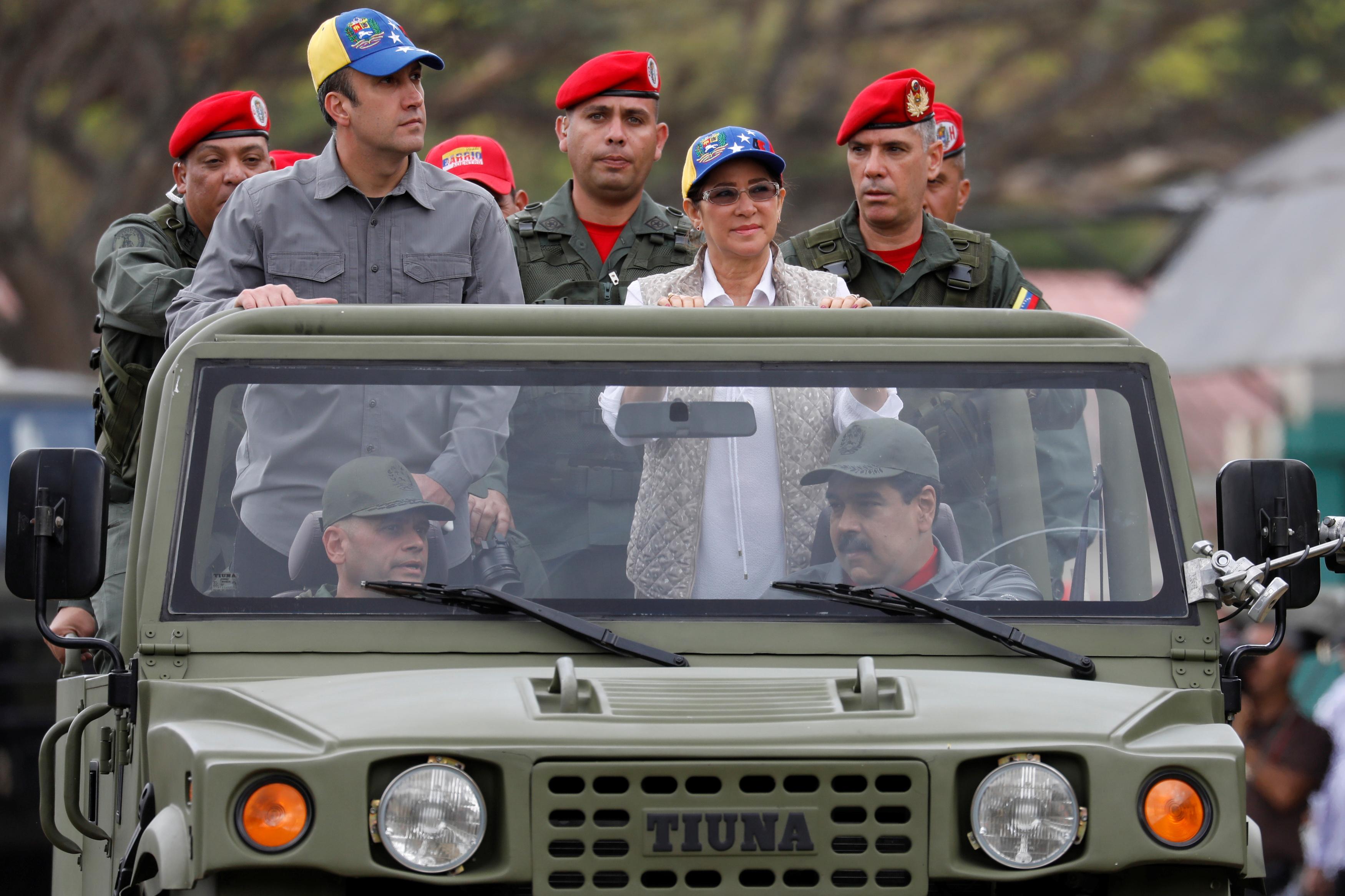رئيس فنزويلا داخل سيارة دفع رباعى
