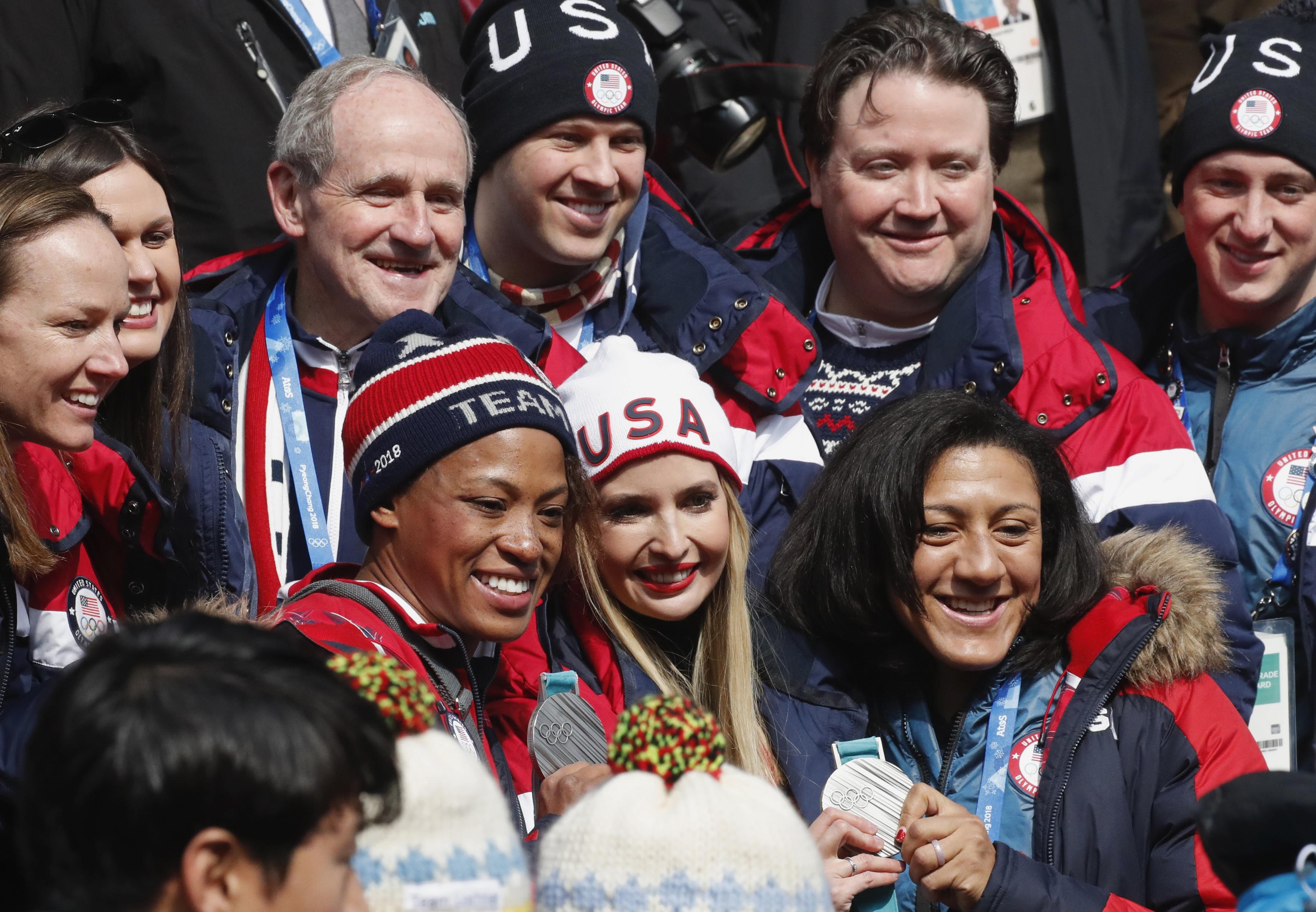 إيفانكا ترامب تلتقط صورة تذكارية مع بعض المتسابقين