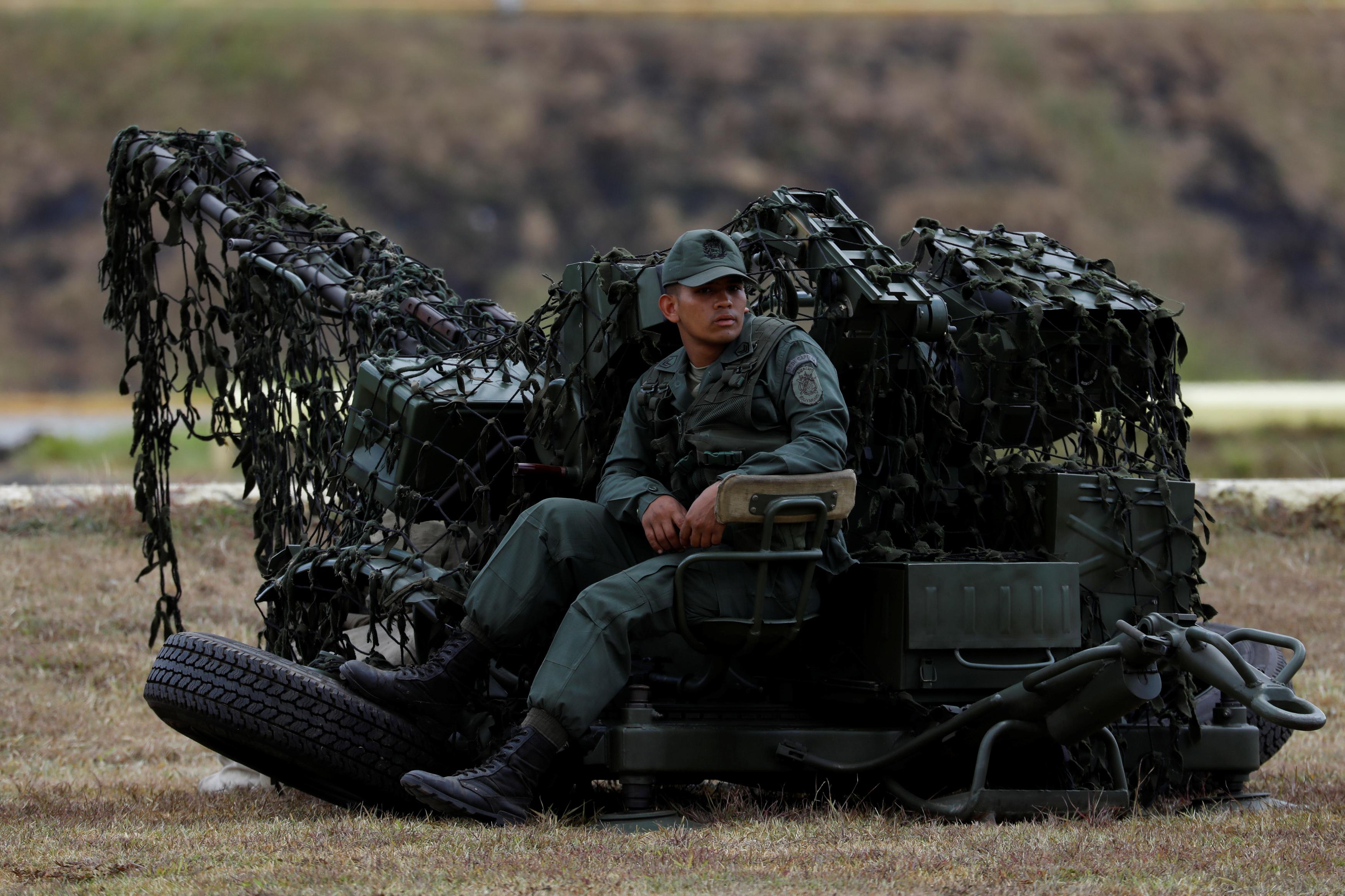 جندى فنزويلى يجلس على المدفعيه