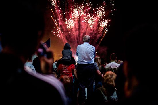 السياح يتوافدون لمتابعة الاحتفالات