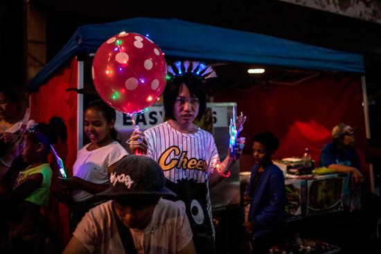 عدد من السياح يتابعون الاحتفالات الصينية