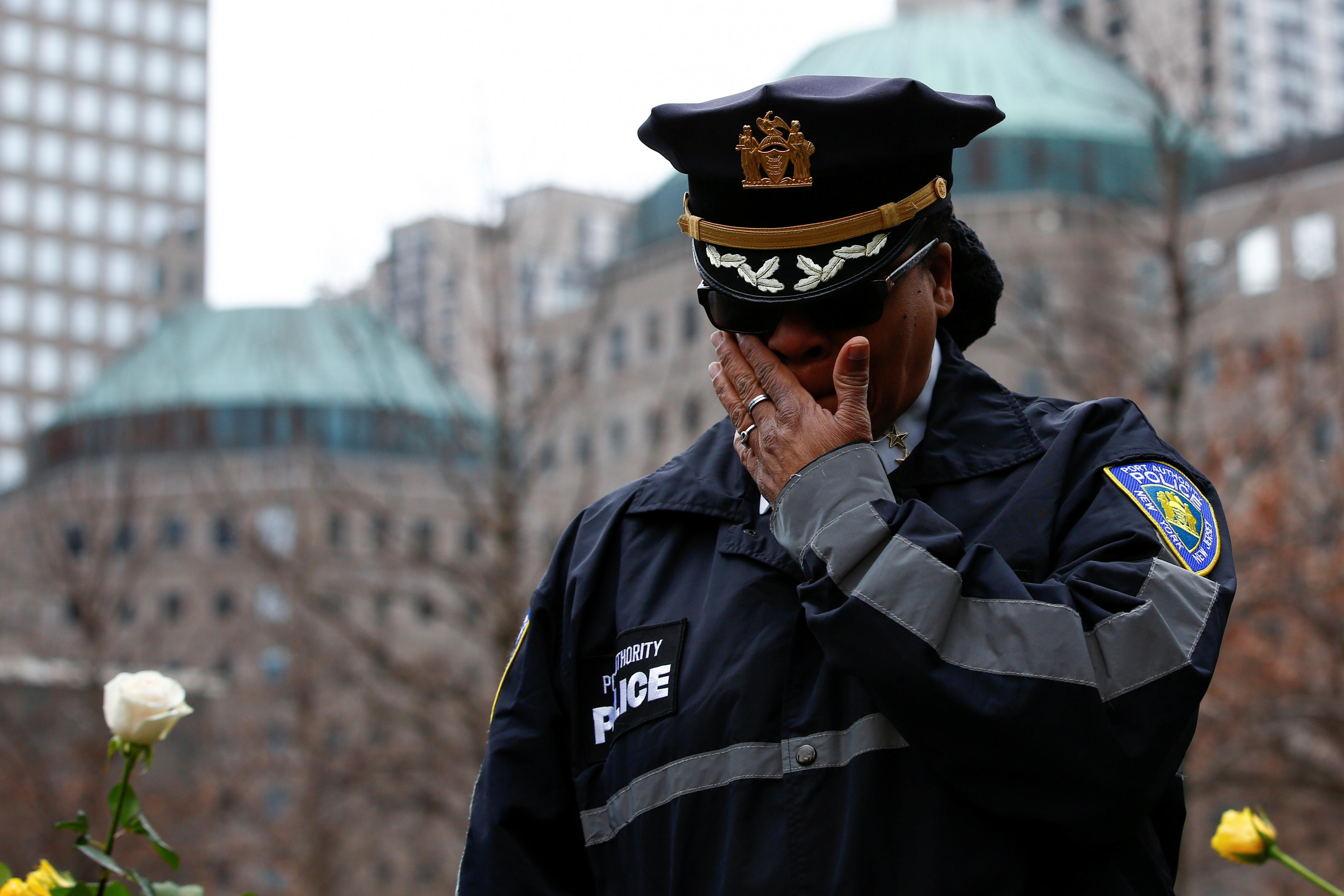 أحد أفراد الشرطة الأمريكية يبكى خلال الوقفة