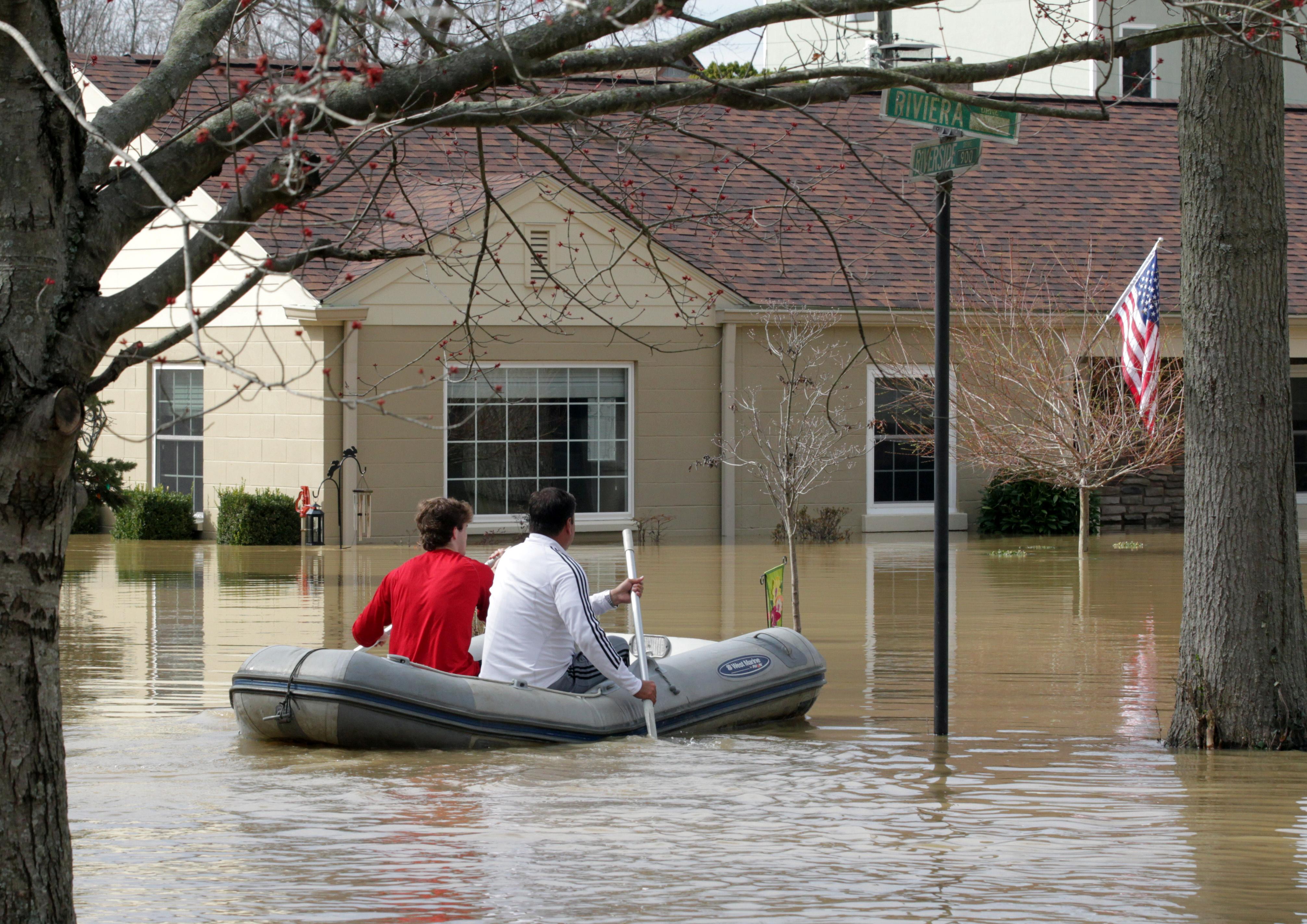 مواطنون يستخدمون القوارب للوصول إلى منازلهم