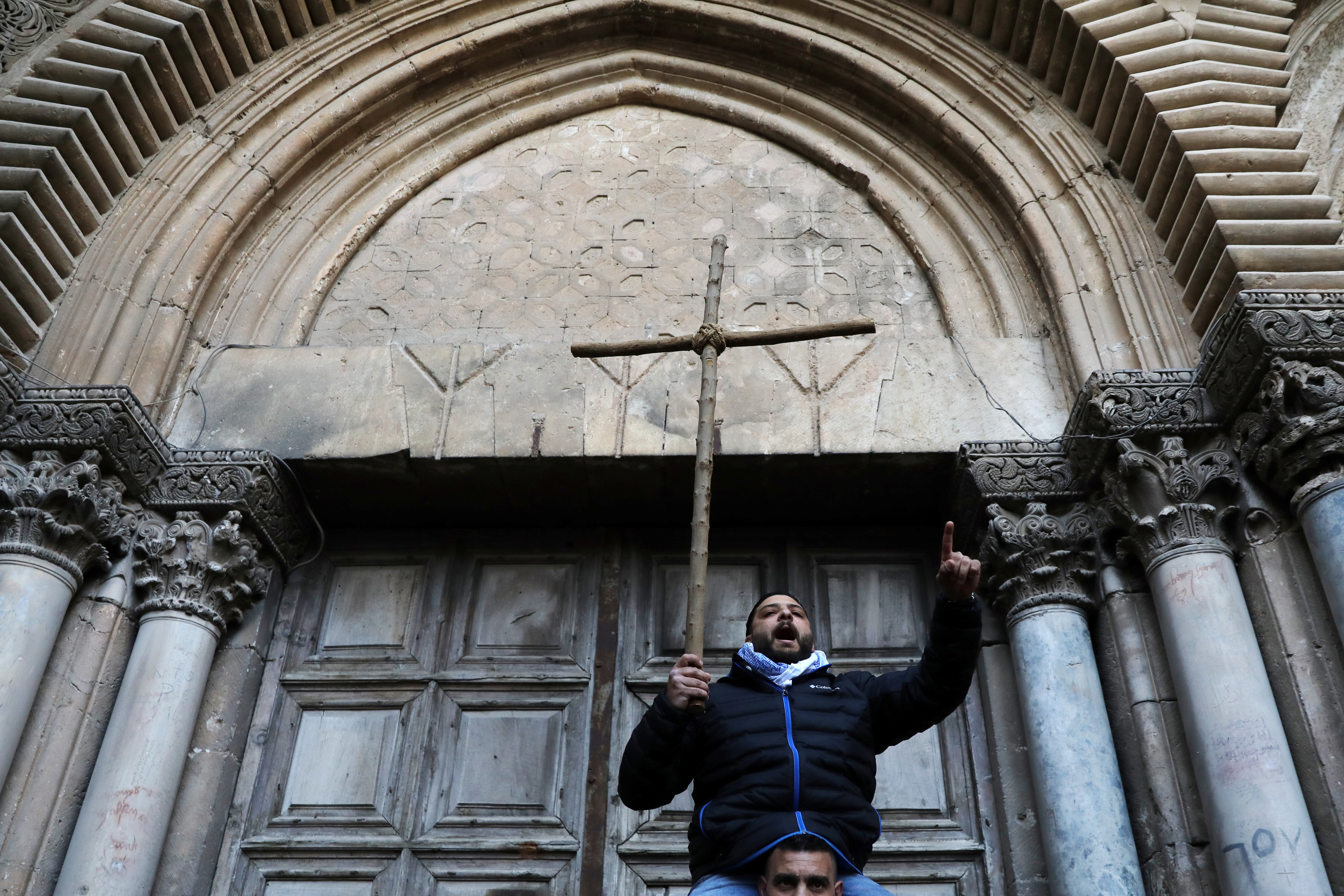 فلسطينيون يتظاهرون بالصليب