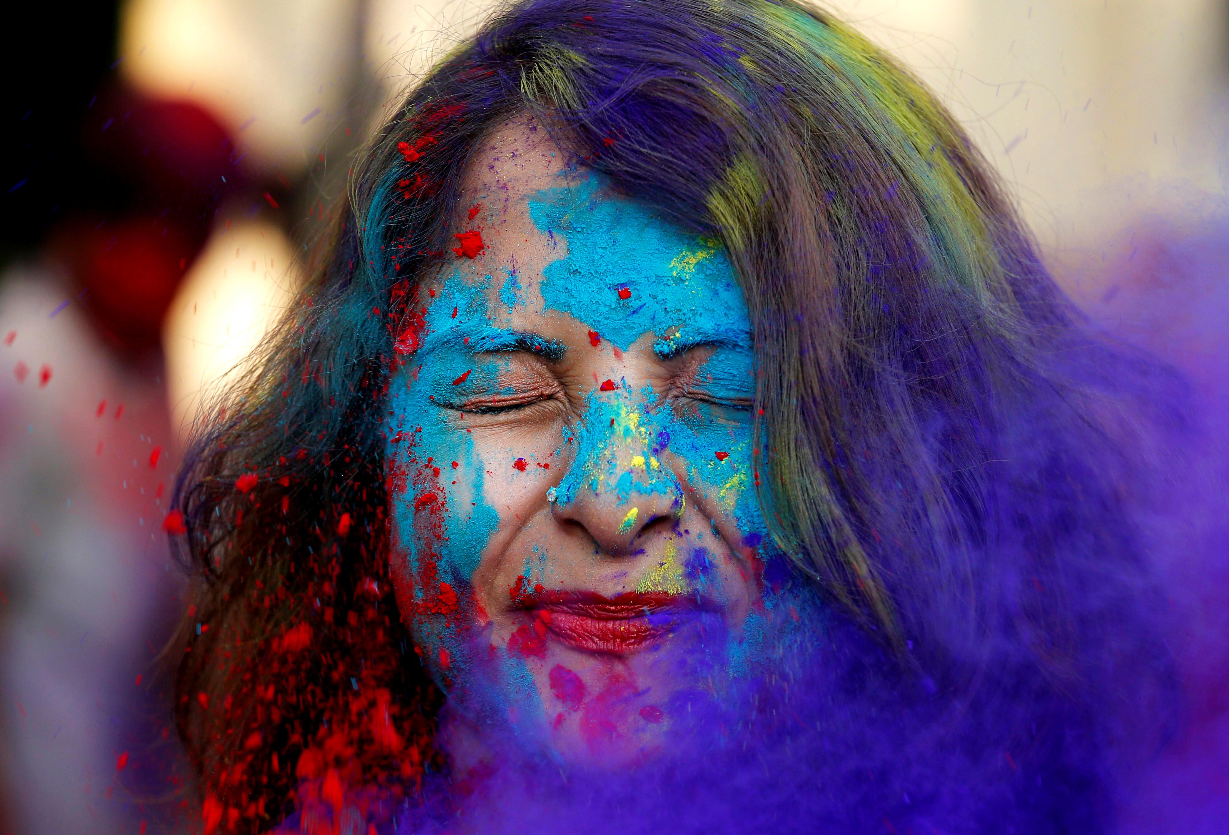 سيدة تطلى وجهها بالألوان