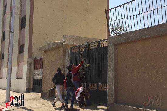 طلبة مدرسة بسوهاج يهربون في اليوم الاول