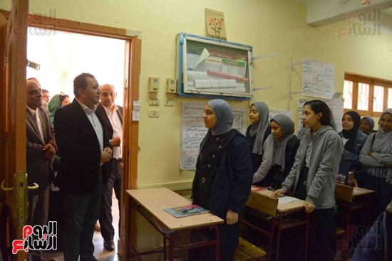 متابعة محافظ الاقصر للمدارس