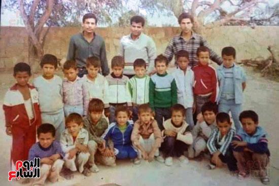 مواطنين يلتقطون صورة لهم بالمدرسة بعد 30 سنة بمطروح